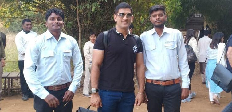 mahendra_singh_dhoni_kanha_national_park